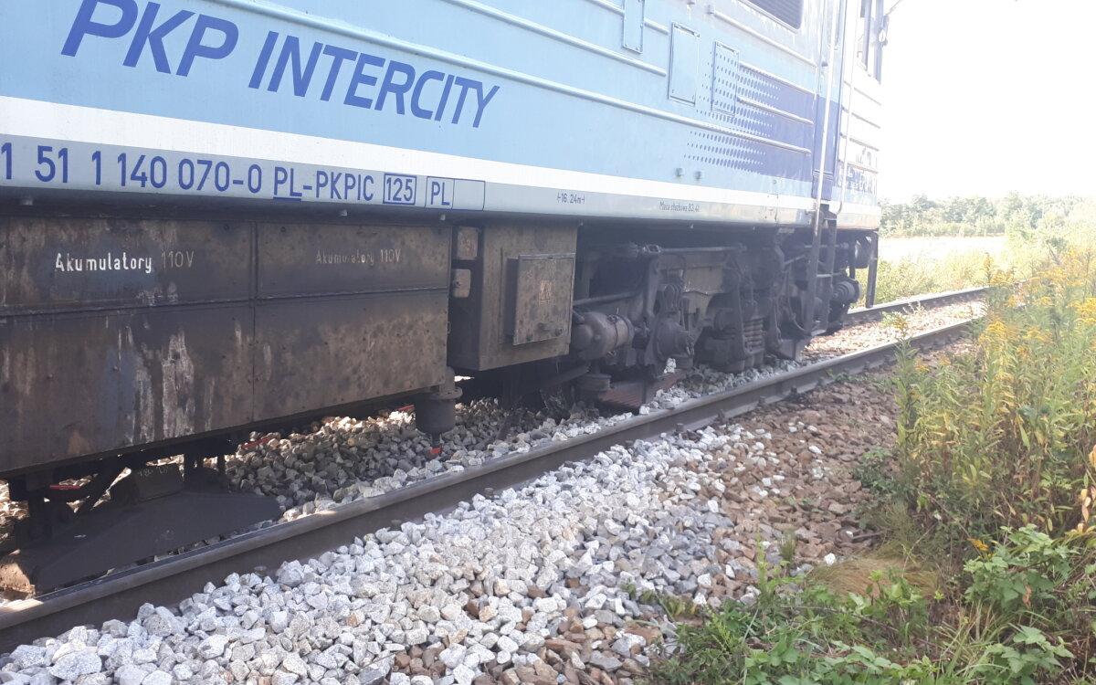 Wykoleiła się lokomotywa pociągu pasażerskiego.