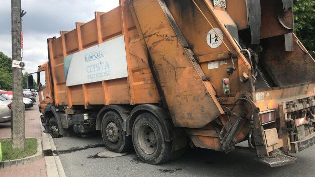 Śmieciarka utknęła w dziurze