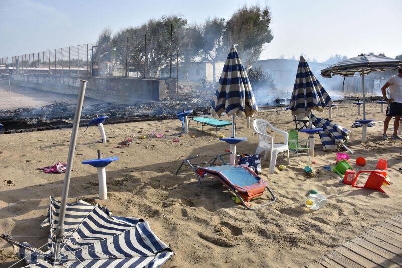 Tak wyglądają zniszczenia po pożarze (PAP/EPA/ORIETTA SCARDINO)
