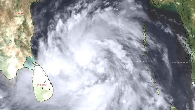 """Cyklon tropikalny zagraża Indiom i Bangladeszowi. """"Stale się umacnia"""""""